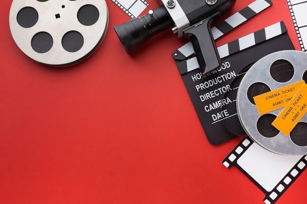Anordnung von filmelementen auf rotem hintergrund mit kopierraum