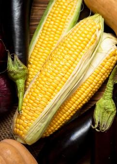 Anordnung von frischem herbstlichem mais