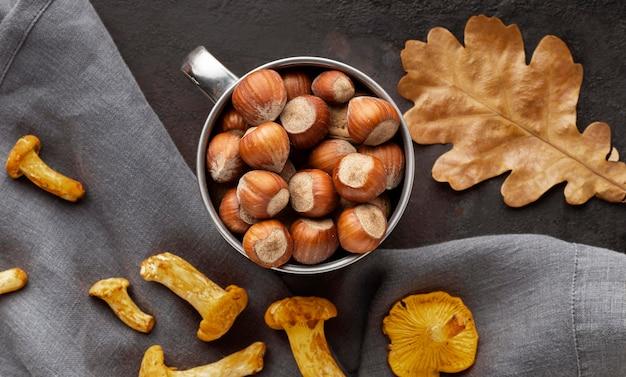Anordnung von gebackenen pilzen und nüssen
