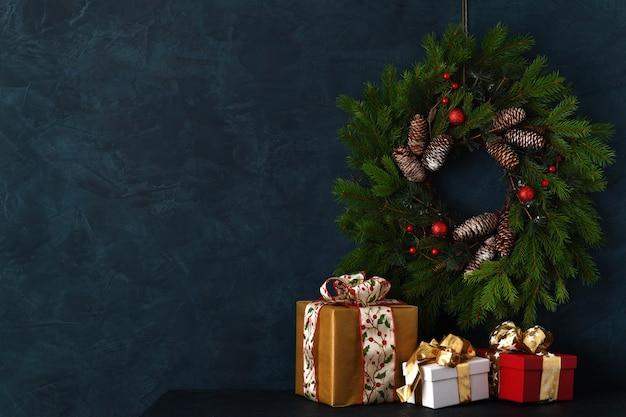 Anordnung von geschenken und weihnachtsdekoration