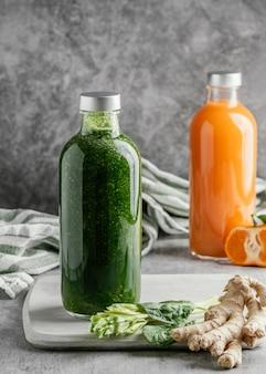 Anordnung von gesunden getränken in glasflaschen