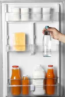 Anordnung von gesunden lebensmitteln im kühlschrank