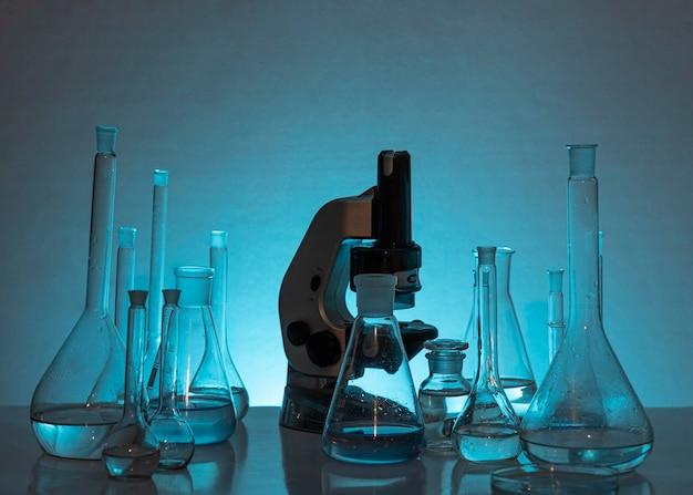 Anordnung von glaswaren und mikroskopen