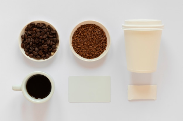 Anordnung von kaffee-markenelementen auf weißem hintergrund