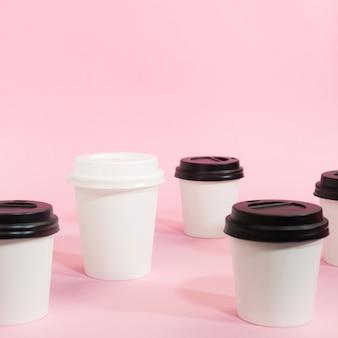 Anordnung von kaffeetassen für individualitätskonzept
