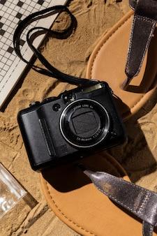 Anordnung von kamera und sandalen von oben