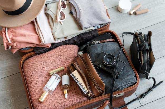 Anordnung von kleidung und accessoires in einem koffer