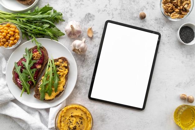 Anordnung von leckerem essen und zutaten