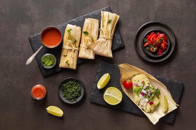 Anordnung von leckeren tamales auf teller
