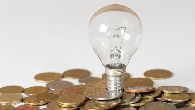Anordnung von münzen und glühbirne