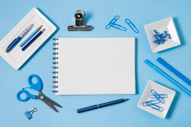 Anordnung von notizbuch und büroklammern