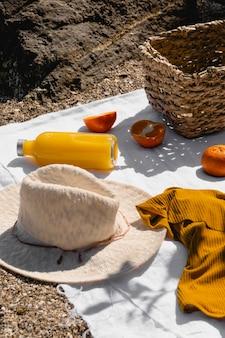 Anordnung von picknick-leckereien auf einer decke