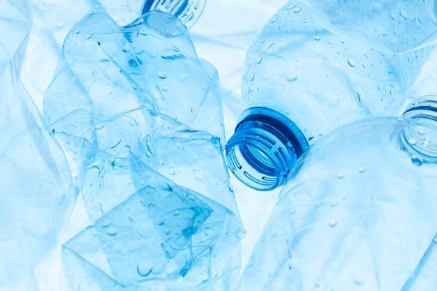 Anordnung von plastikgegenständen im müll