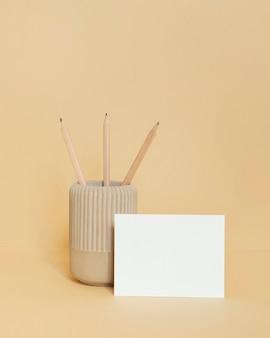 Anordnung von schreibwaren aus natürlichem material