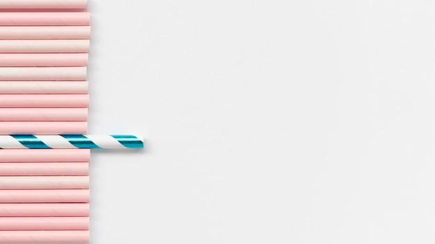 Anordnung von strohhalmen für individualitätskonzept mit kopierraum
