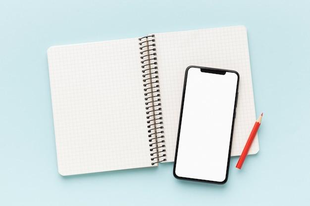 Anordnung von telefon und notebook mit leerem bildschirm