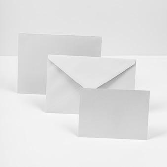 Anordnung von umschlägen und papierstücken