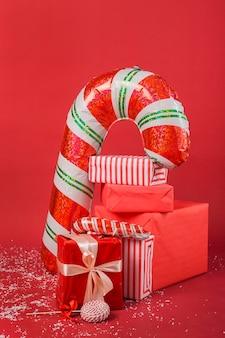 Anordnung von weihnachtsgeschenken und geschenken