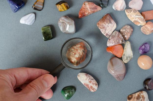 Ansammlung kostbare steine auf einem grauen hintergrund