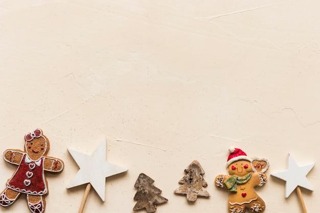 Ansammlung weihnachtsspielwaren und -plätzchen