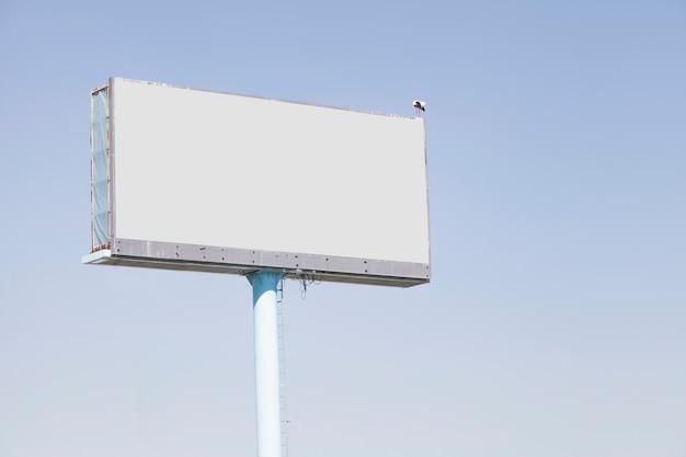 Anschlagtafel für die werbung gegen blauen himmel