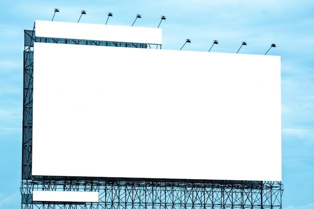 Anschlagtafelfreier raum und blauer himmel, kopienraum auf weißem schirm
