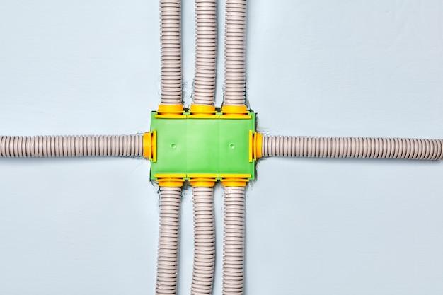Anschluss- oder verteilerkasten der elektrischen verkabelung des wohngebäudes.