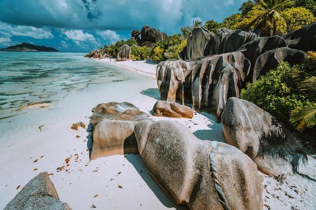 Anse source d argent strand mit bizarren felsen, blaues lagunenwasser auf der insel la digue auf den seychellen