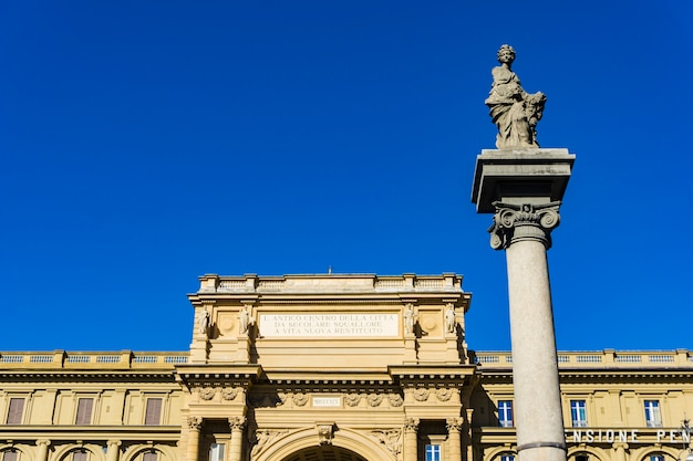 Ansicht an der säule des überflusses an der piazza della repubblica in florenz, italien
