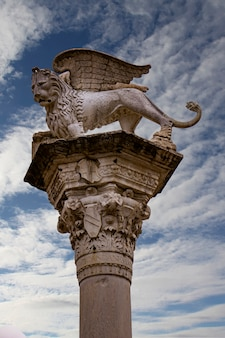 Ansicht an der säule mit dem venezianischen geflügelten löwen auf der piazza dei signori in vicenza, italien