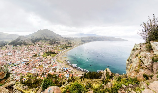 Ansicht an der stadt copacabana auf titicaca see in bolivien
