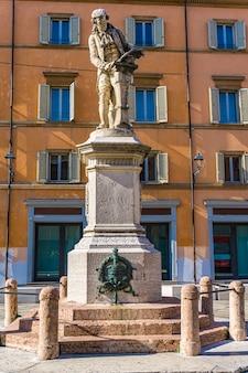Ansicht an der statue von luigi galvani in bologna, italien. die statue wurde 1879 von adalberto cencetti angefertigt