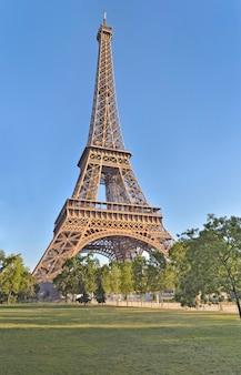 Ansicht auf eiffelturm auf blauem himmel in paris - frankreich