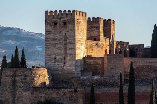 Ansicht der arabischen festung alhambra am abend in granada, spanien