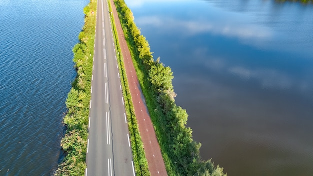 Ansicht der autobahn und des radweges auf polderdamm in den niederlanden