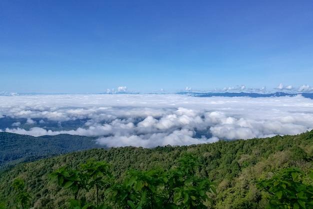 Ansicht der berge bedeckt durch starken nebel an nationalpark doi inthanon bei chiang mai, thaila