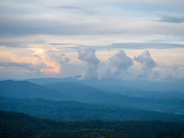 Ansicht der berge bedeckt durch starken nebel an nationalpark doi inthanon in chiang mai