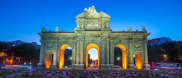 Ansicht der berühmten puerta de alcala bei sonnenuntergang, madrid, spanien