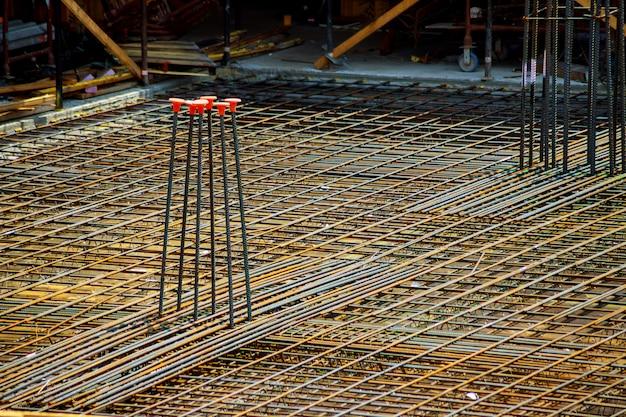 Ansicht der bewehrung des betons mit durch draht verbundenen metallstangen. vorbereitung zum gießen
