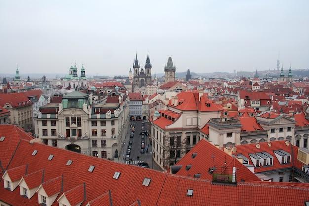 Ansicht der dächer der hauptstadt der tschechischen stadt prag