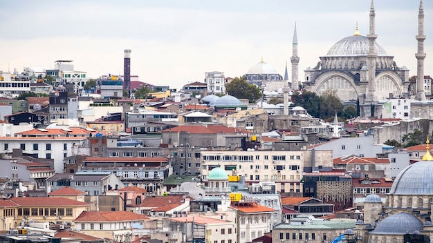 Ansicht der ebenen von wohngebäuden mit nuruosmaniye moschee in istanbul, türkei