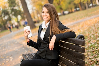 Ansicht der Frau, die einen Becher mit Kaffee hält