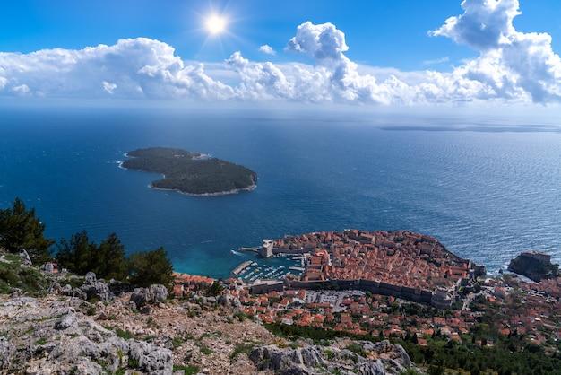 Ansicht der ganzen stadt dubrovnik von oben, vom standpunkt kroatien.