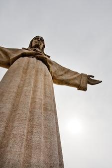 Ansicht der hohen steinstatue von könig christ auf almada, portugal.