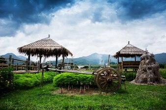 Ansicht der Hütte in Wat Phuket mit Berg backgroiund