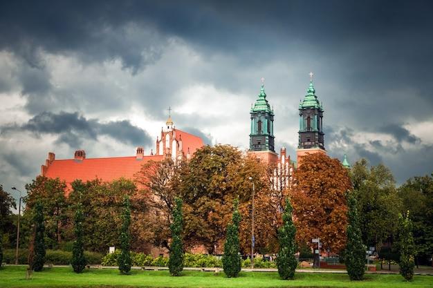 Ansicht der kirche der heiligen peter und paul auf der insel tumsky bei regenwetter posen polen