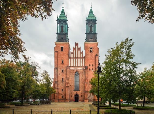 Ansicht der kirche der heiligen peter und paul auf der insel tumsky posen polen