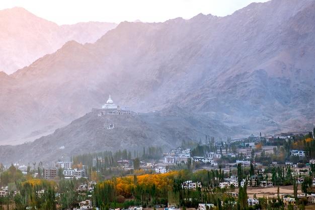 Ansicht der landschaft shanti stupa in leh ladakh, indien