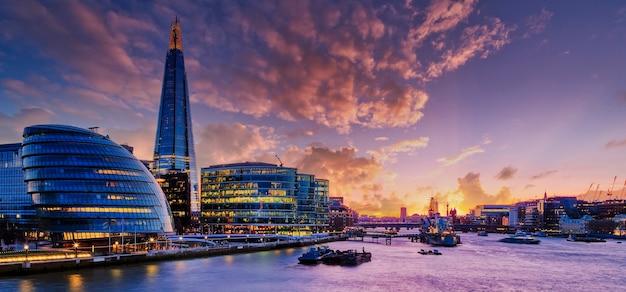 Ansicht der londoner stadt bei sonnenuntergang.