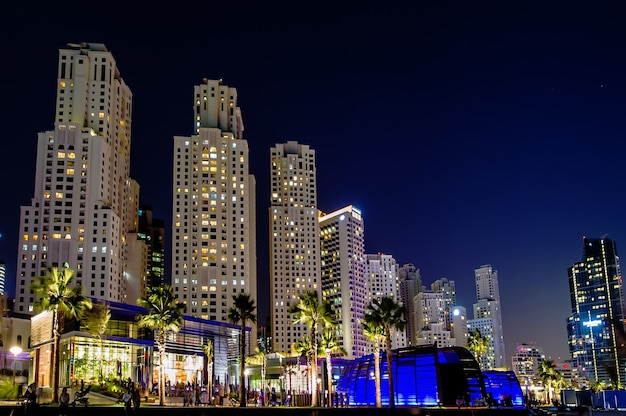 Ansicht der modernen wolkenkratzer in jumeirah strandresidenz in dubai